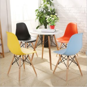Những chiếc bàn ghế cafe Eames nhiều màu sắc